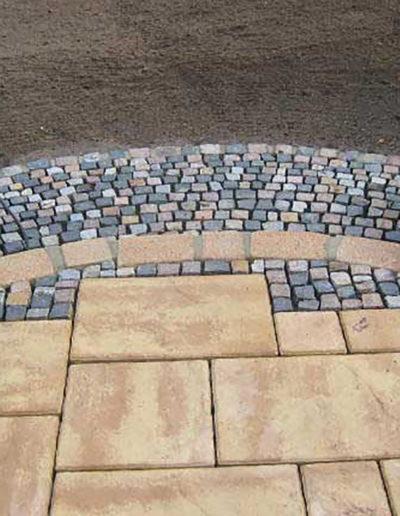 Lansmann: Terrassengestaltung mit Betonplatten und Mosaiksteinen